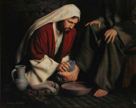 Resultado de imagen para Texto del Evangelio (Jn 13,1-15): Antes de la fiesta de la Pascua, sabiendo Jesús que había llegado su hora de pasar de este mundo al Padre, habiendo amado a los suyos que estaban en el mundo, los amó hasta el extremo. Durante la cena, cuando ya el diablo había puesto en el corazón a Judas Iscariote, hijo de Simón, el propósito de entregarle, sabiendo que el Padre le había puesto todo en sus manos y que había salido de Dios y a Dios volvía, se levanta de la mesa, se quita sus vestidos y, tomando una toalla, se la ciñó. Luego echa agua en un lebrillo y se puso a lavar los pies de los discípulos y a secárselos con la toalla con que estaba ceñido.