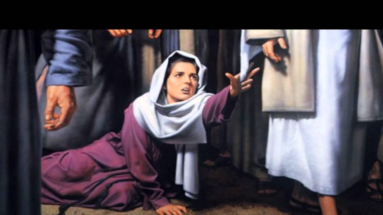 mujer toca el manto.jpg